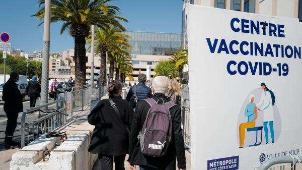"""Covid-19 : Olivier Véran annonce la possibilité de décaler sa seconde dose de vaccin """"dans le même centre"""" pendant les vacances d'été"""