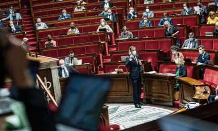 Les députés votent l'extension du passe sanitaire, nuit d'âpres débats à l'Assemblée nationale